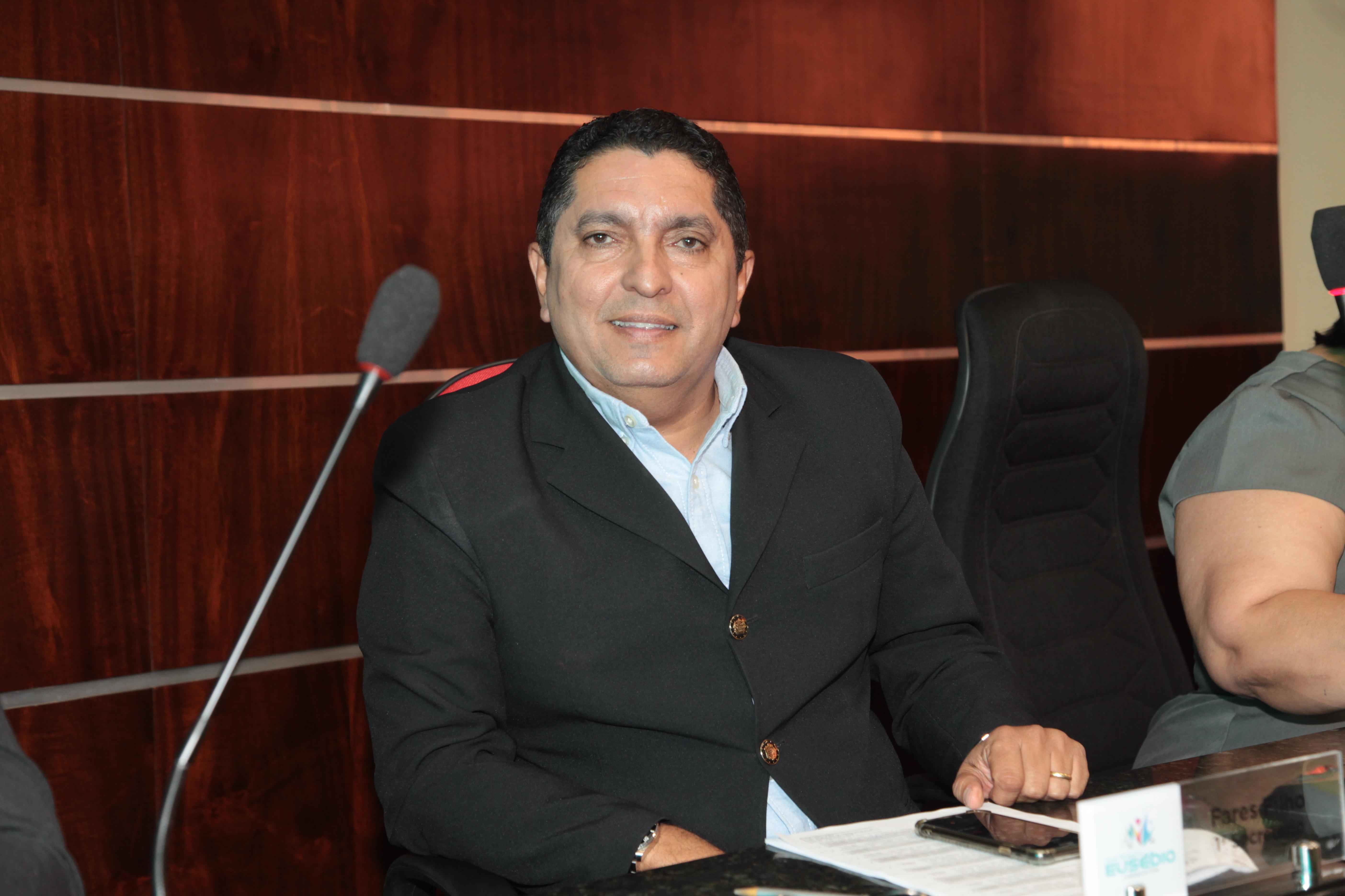 Fares Filho parabeniza prefeito por doação de terreno para instalação de templo da Igreja Católica